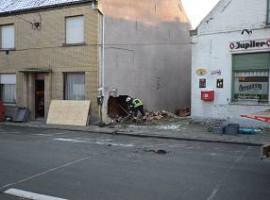 Oostnieuwkerke: Auto komt in woninggevel terecht