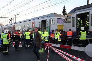Vrachtwagen gegrepen door trein op spoorovergang