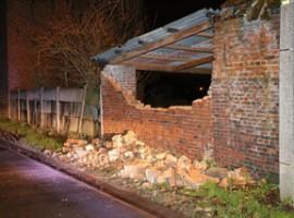 Waregem: schade aan auto's door omgewaaide muur