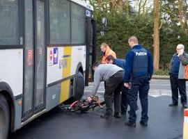 Roeselare: Jonge fietser komt onder lijnbus terecht