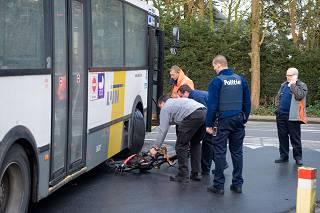 Jonge fietser komt onder lijnbus terecht