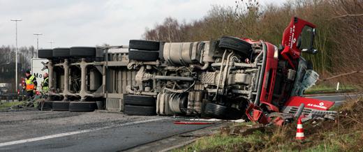 vrachtwagen kantelt op de E403