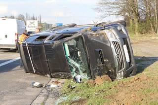Terreinwagen met aanhangwagen komt op autosnelweg op zijkant terecht