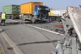 Vrachtwagen rijdt in op botsabsorbeerder