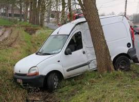 Kaster: Bestuurder gewond nadat hij met voertuig inrijdt op boom