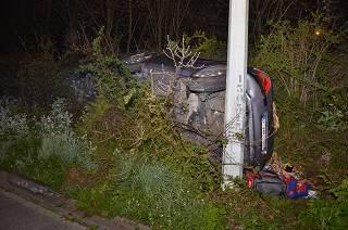 Bestuurder crasht met voertuig in berm