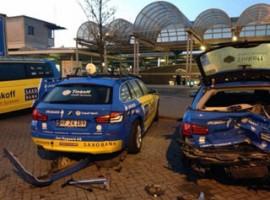 Kortrijk: Auto rijdt in op ploegwagens Tinkoff-Saxo