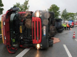 Deerlijk: Vrachtwagen komt op zijn zijkant terecht na slippartij