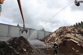 Berg houtafval vat vuur op bedreifsterreinen van recyclagebedrijf Casier in Deerlijk