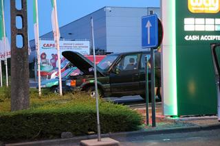 Defecte wagen begint te roken op parking tankstation in Waregem