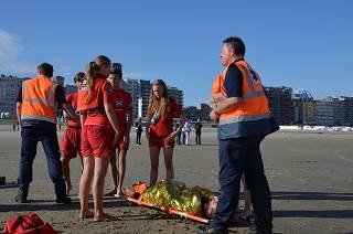 Grootscheepse reddingsoefening op strand