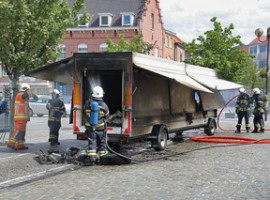 Waregem: marktkraam brandt volledig uit