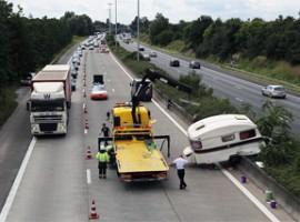 Caravan belandt in middenberm E17