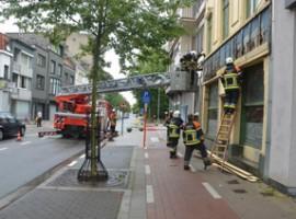 Kortrijk: Deel gevelbekleding café Russe  komt op voetpad terecht