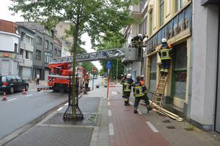 Deel gevelbekleding café Russe  komt op voetpad terecht in Kortrijk
