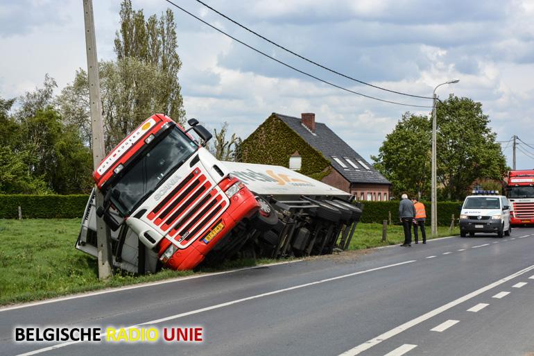 Vrachtwagen beland in de gracht
