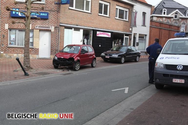 Bestuurster ramt verschillende verkeerspaatljes in centrum van Le Bizet