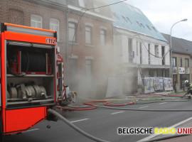 De brand ging initieel gepaard met zware rookontwikkeling, maar de brandweer had het vuur snel onder controle.   Foto: ND