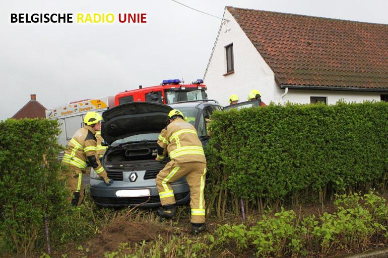 voertuig komt in haag terecht, chauffeur lichtgewond