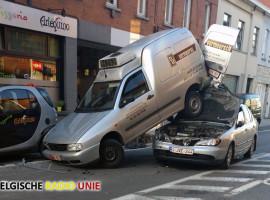 Auto rijdt in op lossende bestelwagen