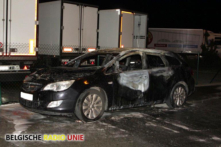 Voertuig brandt volledig uit op bedrijventerrein LAR in Rekkem
