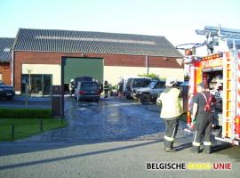 Alerte overburen helpen brandend voertuig blussen