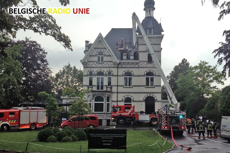 Toren Wit kasteel in Kortrijk geraakt door blikseminslag   BRU actualiteit agentschap VZW