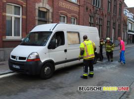 Defecte bestelwagen vat vuur