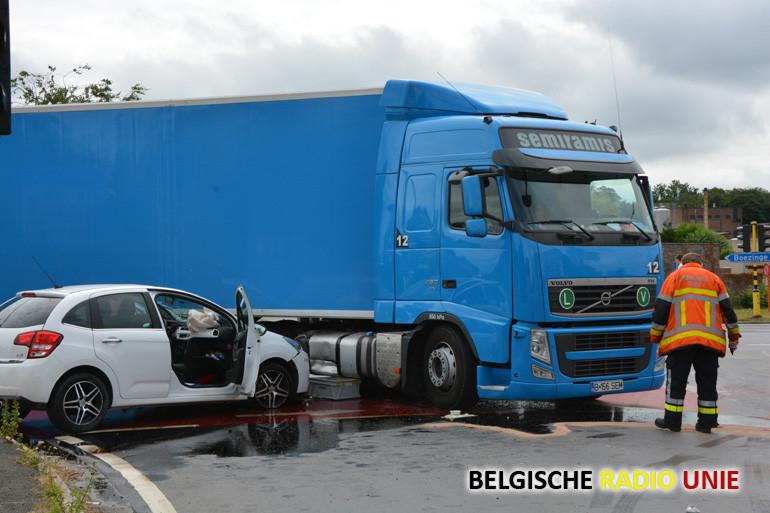 Auto rijdt in op vrachtwagen waardoor mazouttank lek raakte