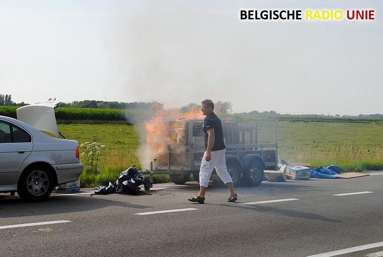 Lading op aanhangwagen vat vuur