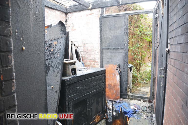 Een bergplaats van een woning in Roeselare brand volledig uit