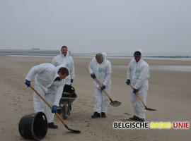Brandweer en Civiele bescherming ruimen aangespoelde olieresten op Blankenbergs strand