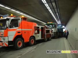 Vrachtwagen in schaar zorgt voor zware verkeershinder op E403