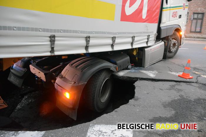 Vrachtwagen zakt in wegdek tijdens ochtendspits