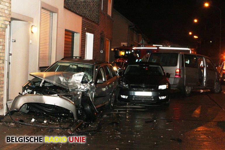 Wagen rijdt in op geparkeerd voertuig in Bissegem en richt ware ravage aan