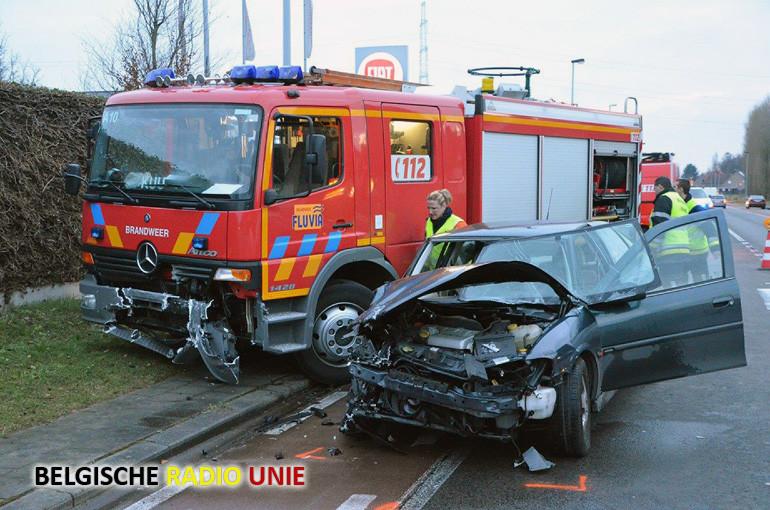 Auto rijdt in op brandweerwagen