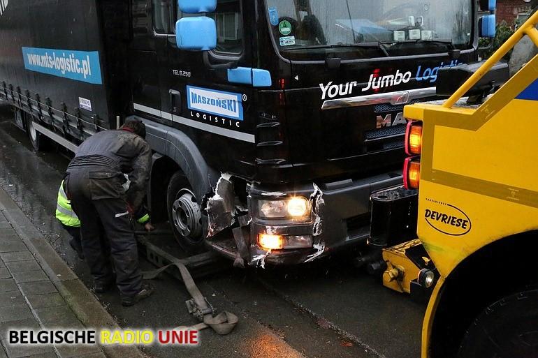 vrachtwagen beschadigd gevel lokalen KAJ Anzegem