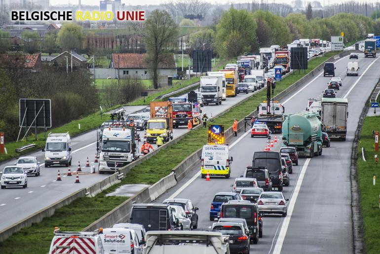Vrachtwagen belandt tegen de middenberm door klapband op de E403 ter hoogte van Lichtervelde