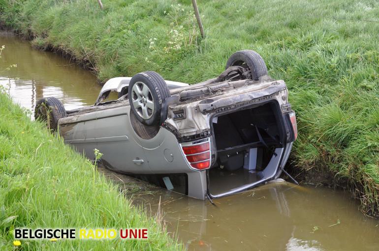 Wagen belandt onderste boven in gracht vol water