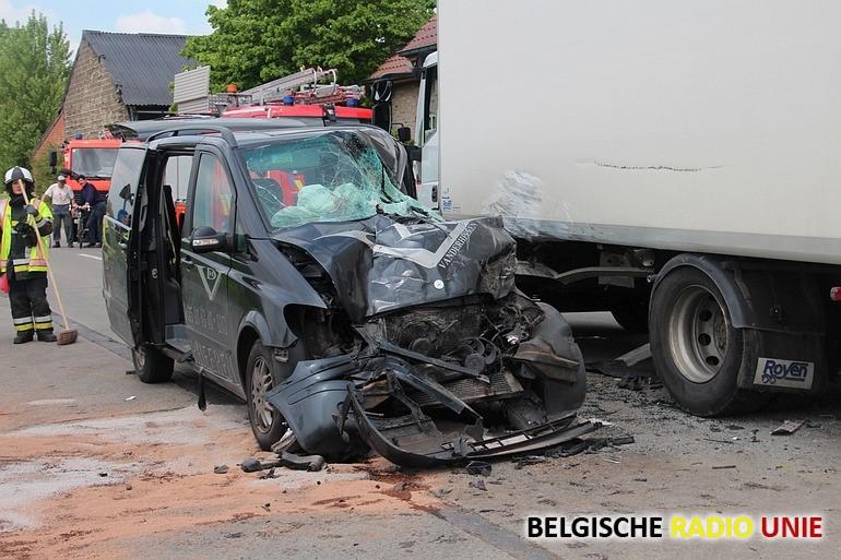 Prive ambulance botst op vrachtwagen