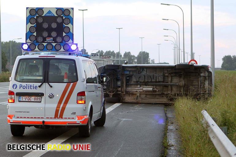 Bestuurder spoorloos na ongeval op verkeerswisselaar te Aalbeke