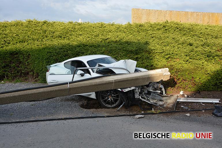 In Roeselare raakt een man levensgevaarlijk gewond na crash tegen verlichtingspaal.