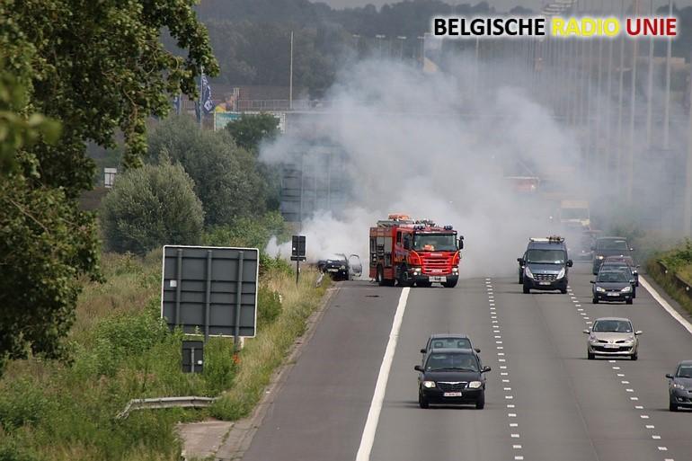 Auto gaat in vlammen op op E17 Deerlijk