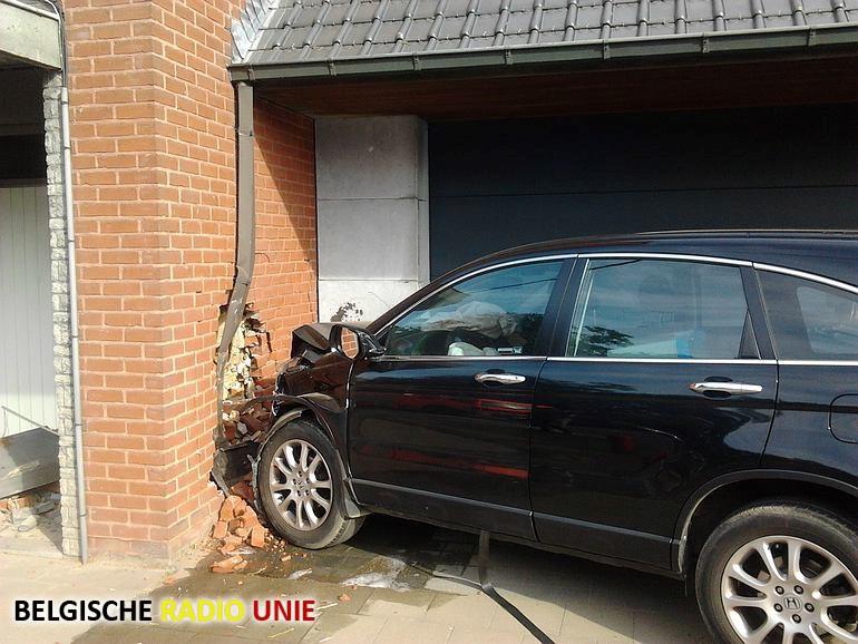 Auto rijdt tegen gevel in Esen