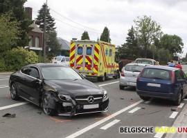 Wagen knalt tegen twee geparkeerde auto's