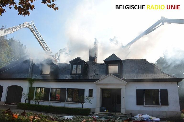 Uitslaande dakbrand vernielt villa in Wielsbeke