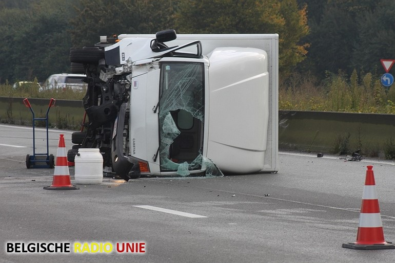 Vrachtwagen kantelt op E17 na aanrijding