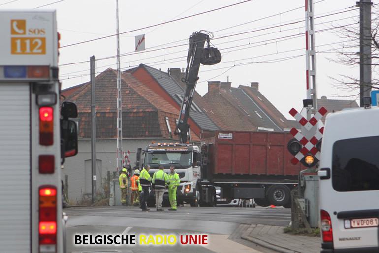 Vrachtwagen raakt in Deerlijk bovenleidingen op spoorwegovergang