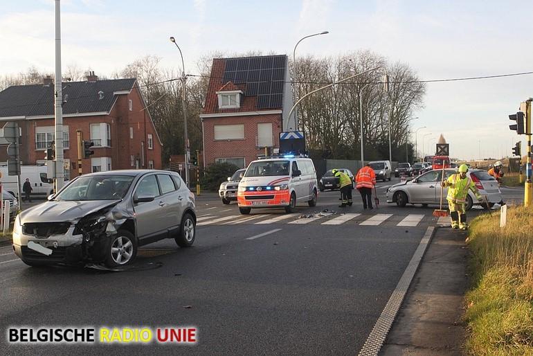 Twee gewonden na botsing op kruispunt