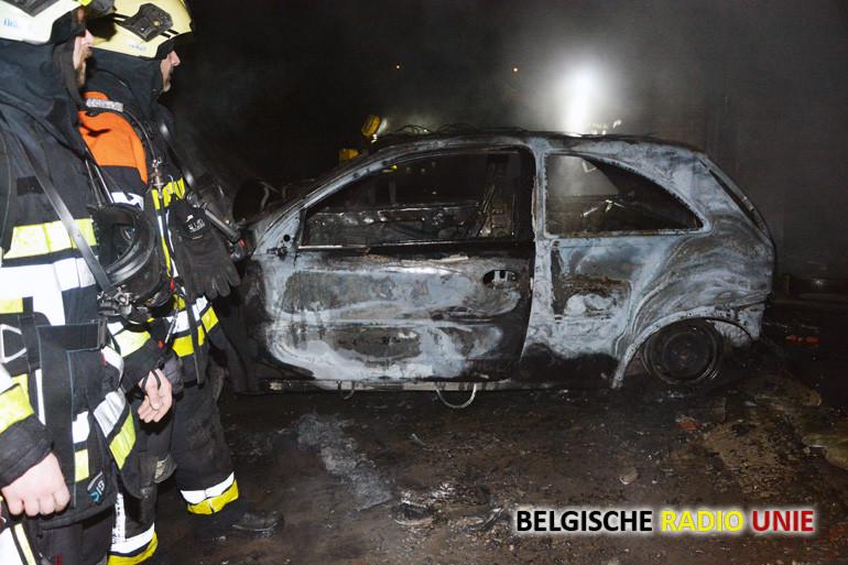 Wagen en garage gaan in vlammen op bij herstelling
